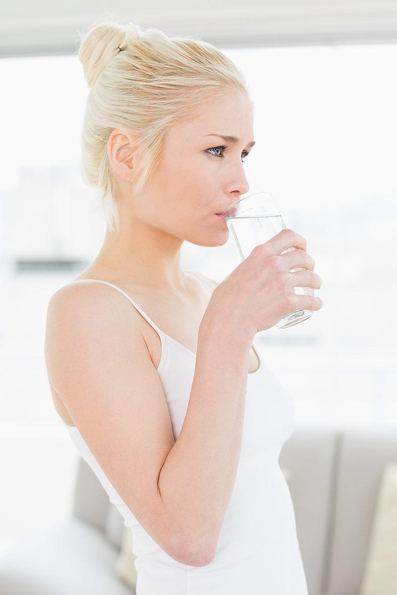 gesundes wasser trinken glas