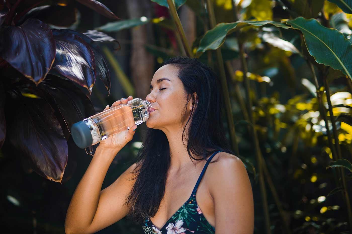 inu ökologische glasflasche mit edelsteinen