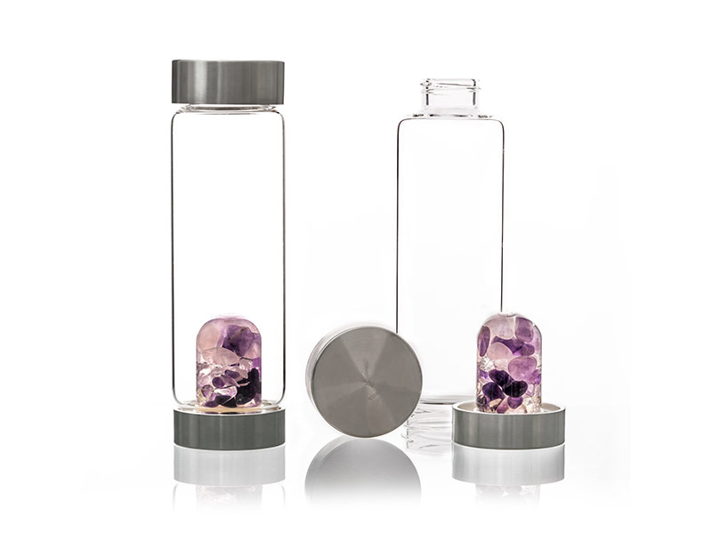 via glasflasche mit edelsteinen